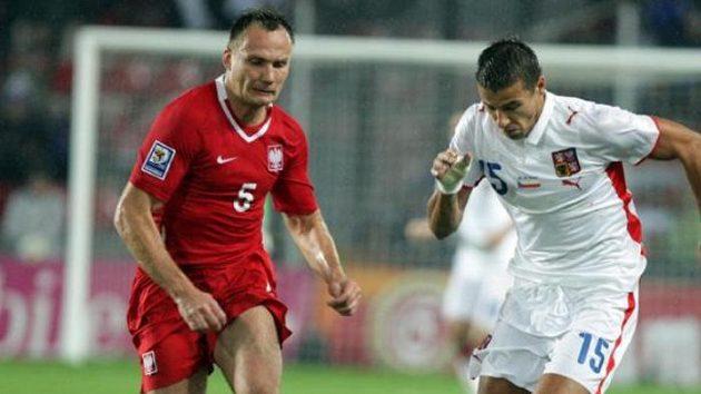 Milan Baroš (vlevo) v souboji s polským fotbalistou Glowackim
