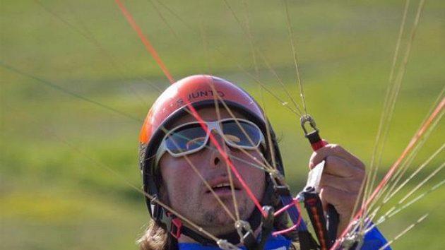 Jan Škrabálek krotí šňůry svého křídla při závodu Red Bull X-Alps.