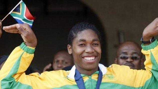Caster Semenyaová se zlatou medailí z mistrovství světa