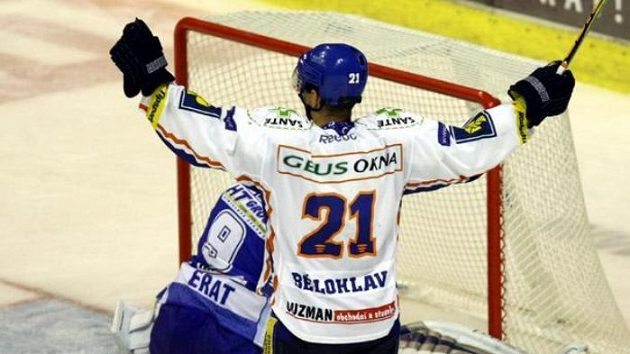 Kladenský hokejista Radek Bělohlav se raduje z gólu v síti Brna.