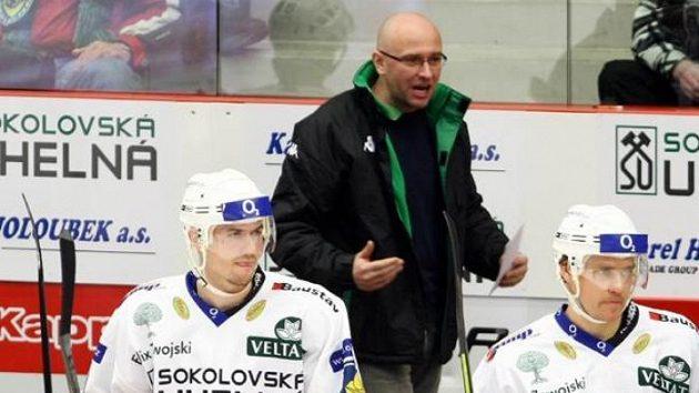 Trenér Pavel Hynek na lavičce Karlových Varů