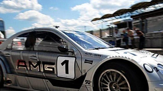 Antonín Charouz vyjíždí s vozem Mercedes Benz DTM C-Klasse na trať na Hungaroringu.