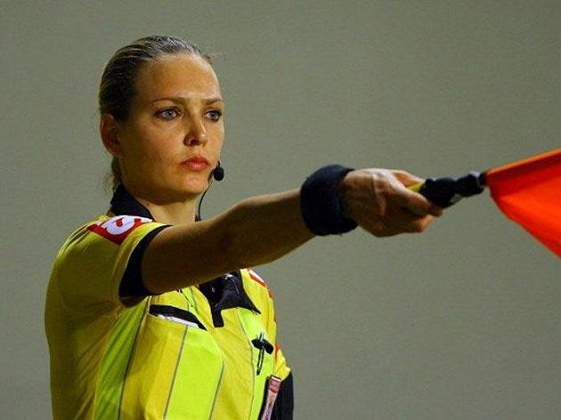 Brazilská rozhodčí Nadine Schramm Camarová Bastosová