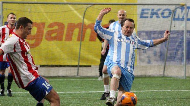 Přemysl Bičovský zpracovává míč při vánočním turnaji internacionálů.