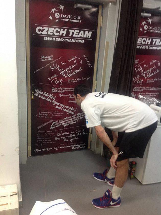 Vzkazy pro české tenisty teď zdobí vnitřní stranu dveří kabiny.