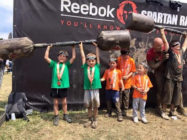 Děti na závodech Spartan Kids.