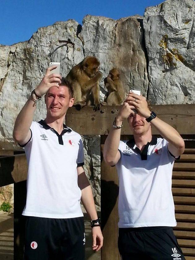 Jaromír Zmrhal (vlevo) a spol. ulovili cenné snímky. Legenda praví, že dokud tu opice náležící k druhu magot bezocasý budou, zůstane Gibraltar britský...
