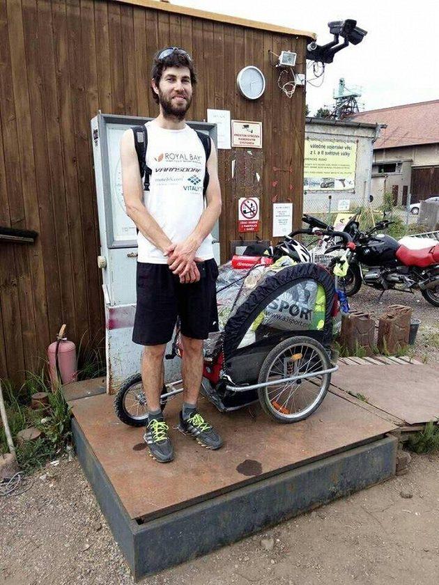 Pavel Vodička s vozíkem, který váží přes 50 kilogramů.