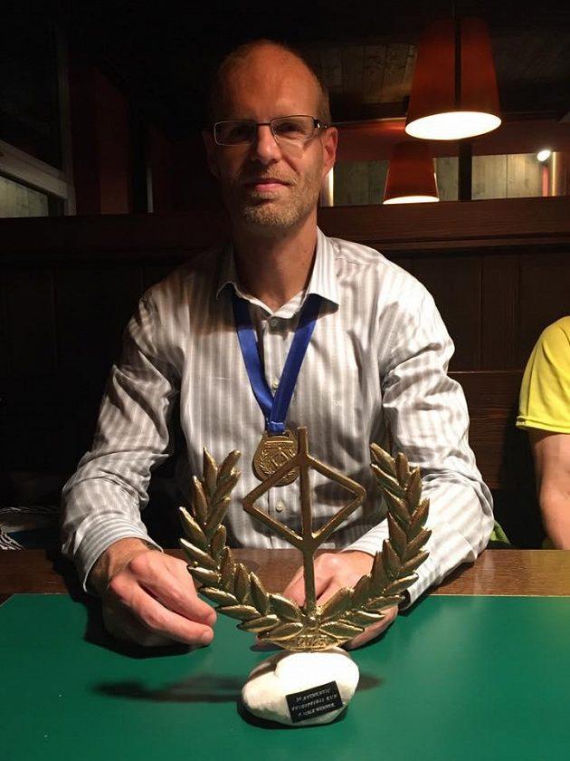 """Martin Hokeš s trofejí pro vítěze """"Autentického Feidippidova běhu"""" se 490 kilometry."""