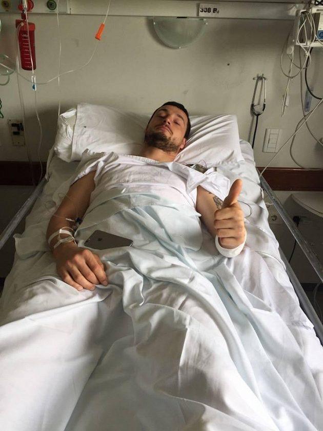 Jsem OK, vzkázal Ondřej Klymčiw po operaci z nemocničního lůžka.