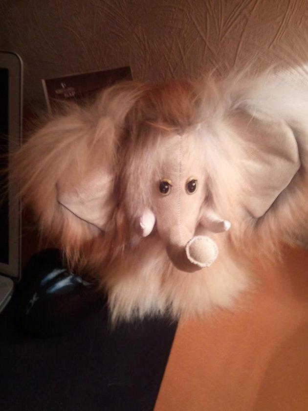 Chlupatý mamut, který je vyrobený z kožešiny lišky.
