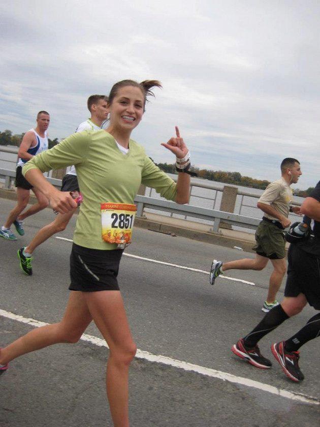 Jacque Wilkinsová v běžeckém. Také ji to sluší.