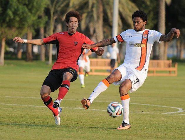 Vítězný gól Šachtaru vstřelil Brazilec Luiz Adriano (vpravo).