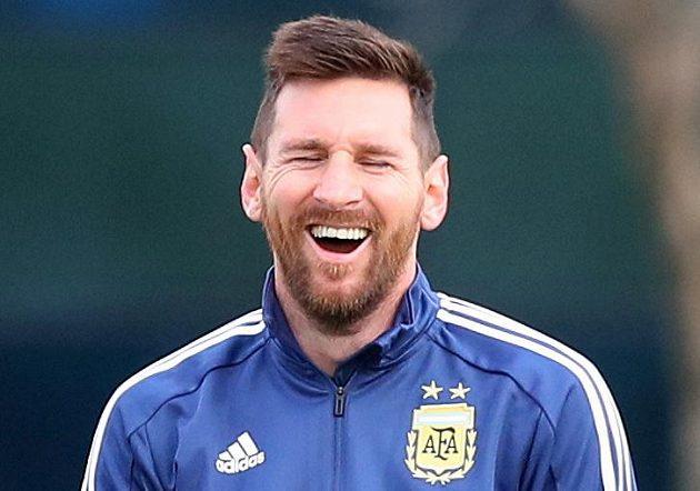 Argentinská fotbalová hvězda Lionel Mesi má důvod k úsměvu. Podle magazínu Forbes je poprvé nejlépe placeným sportovcem světa.