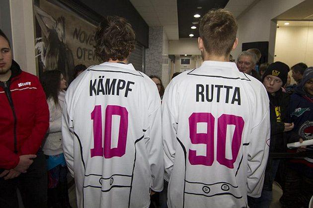Chomutovští hokejisté David Kämpf a Jan Rutta ve speciálních dresceh, ve kterých Piráti nastoupí v neděli proti Vítkovicím.