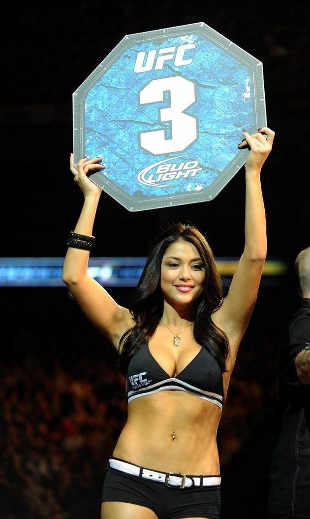 Kráska Arianny Celeste sice v oktagonu či ringu nosí jen čísla po skončení kola, ale její honoráře jsou obrovské a vydělala už milión dolarů.