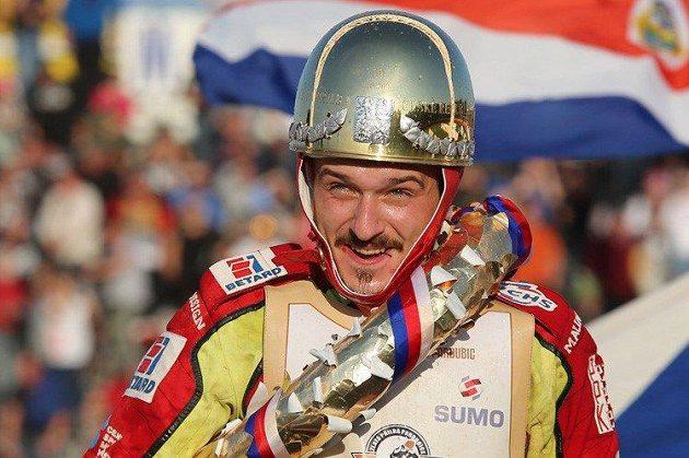 Český plochodrážní jezdec Václav Milík se Zlatou přilbou, kterou v Pardubicích získal v roce 2017.