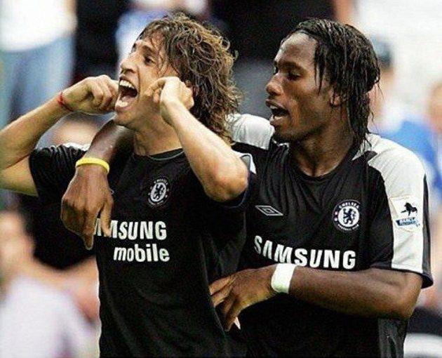 Drogba (vpravo) ještě v době, kdy nastupoval za Chelsea, oslavuje branku s Hernánem Crespem.
