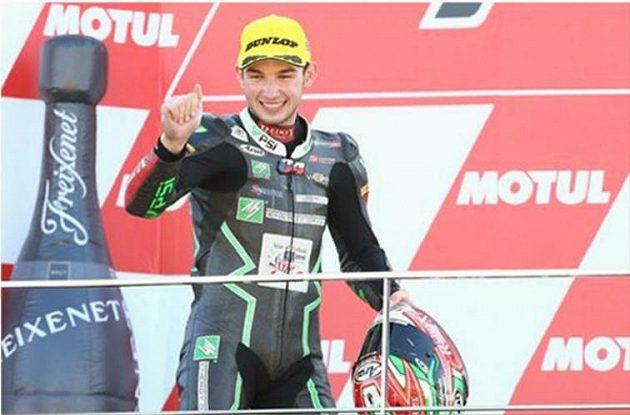 Jakub Kornfeil na stupních vítězů Moto 3 v posledním závodě sezóny ve Valencii.
