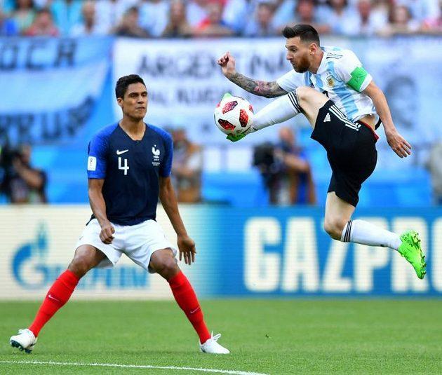 Argentinec Lionel Messi a Francouz Raphael Varane.