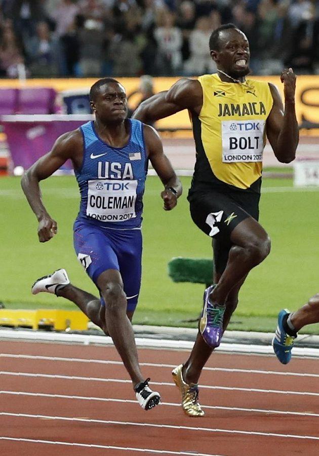 Jamajčan Usain Bolt (vpravo) při své poslední stovce na MS, vlevo Američan Christian Coleman.