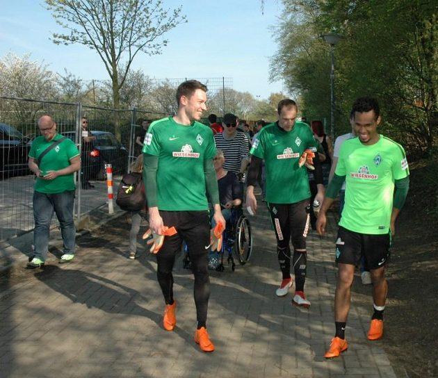 Trojice českých fotbalistů Werderu Brémy Jiří Pavlenka, Jaroslav Drobný a Gebre Selassie(odleva) po tréninku.