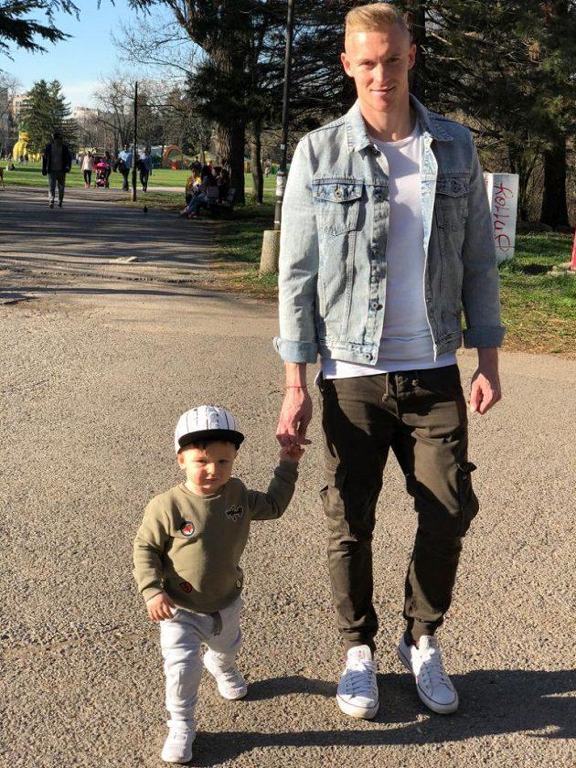 Záložník Plzně Roman Procházka se synem Timotejem na procházce v Sofii.