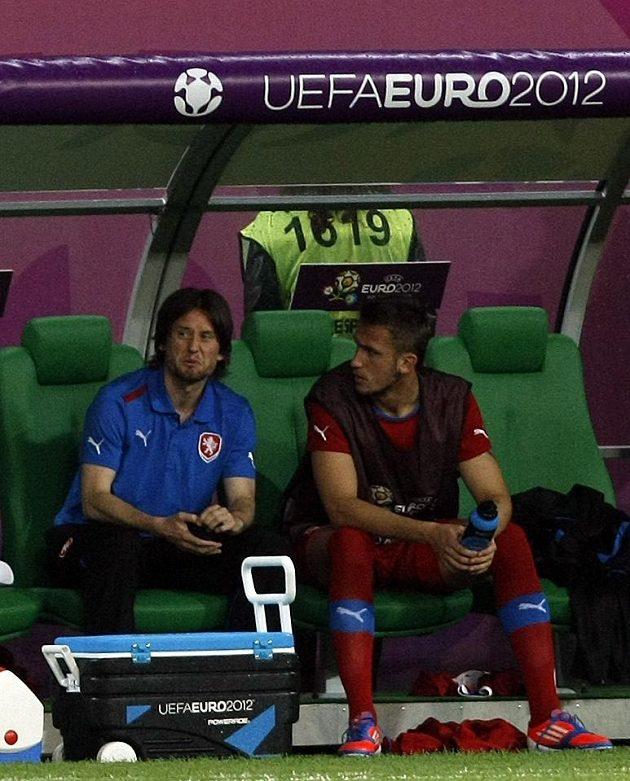 Tomáš Rosický (vlevo) a Tomáš Pekhart sledují zápas Česko - Polsko z lavičky.