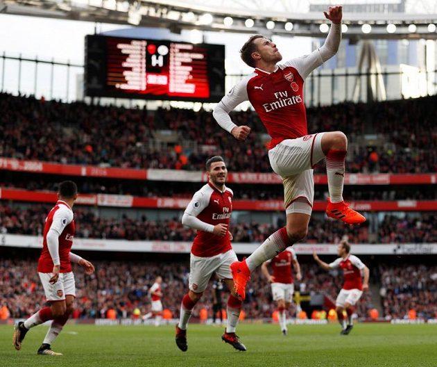 Aaron Ramsey slaví druhý gól Arsenalu.