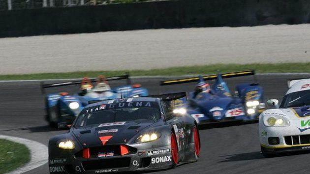 Posádka Tomáš Enge, Antonio Garcia vyhrála v závodě 1000 km Monzy s vozem Aston Martin DBR9 (vlevo) třídu LMGT1.