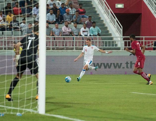 Vladimír Coufal centruje v utkání s Katarem.