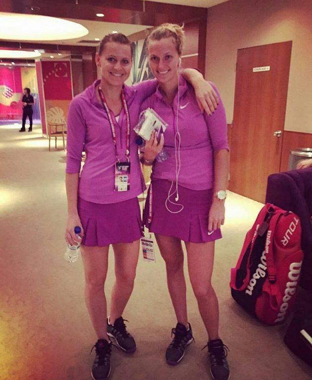 Lucie Šafářová (vlevo) a Petra Kvitová v útrobách singapurské haly krátce po vítězství Šafářové nad Angelique Kerberovou.
