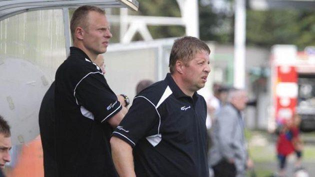 Napětí na lavičce Příbrami, utkání s Olomoucí pozorně sledují trenéři Petr Čuhel (vpravo) a Jiří Ryba.