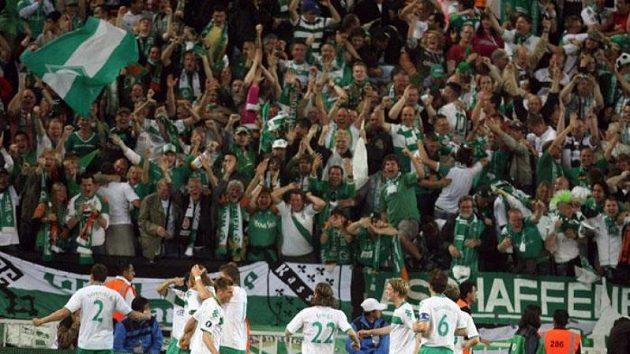 Radost fotbalistů Werderu Brémy po brance do sítě Šachtaru Doněck ve finále Poháru UEFA