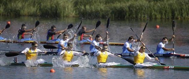 Český čtyřkajak (uprostřed) ve složení (zprava) Daniel Havel, Lukáš Trefil, Josef Dostál a Jan Štěrba jede pro olympijský bronz.