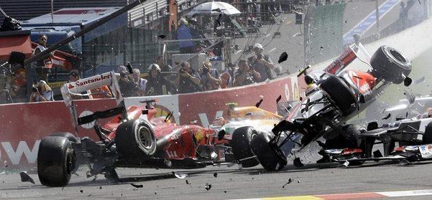 Takhle to vypadá, když Fernando Alonso (vlevo) a Lewis Hamilton (vpravo) létají...