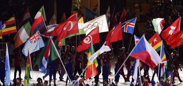 Nástup vlajkonošů při slavnostním zakončení londýnské olympiády. V popředí česká vlajka, Barbora Špotáková mimo záběr.