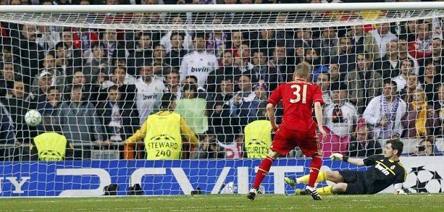 Bastian Schweinsteiger proměňuje penaltu v rozstřelu a posílá Bayern do finále Ligy mistrů.