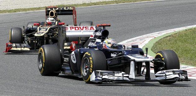 Pastor Maldonado z Williamsu (vpravo) před Kimi Räikkönenem z Lotusu během Velké ceny Španělska.