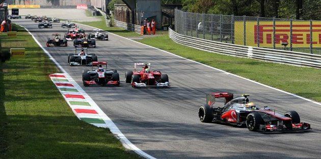 Britský pilot týmu McLaren Mercedes v čele Velké Ceny Itálie.
