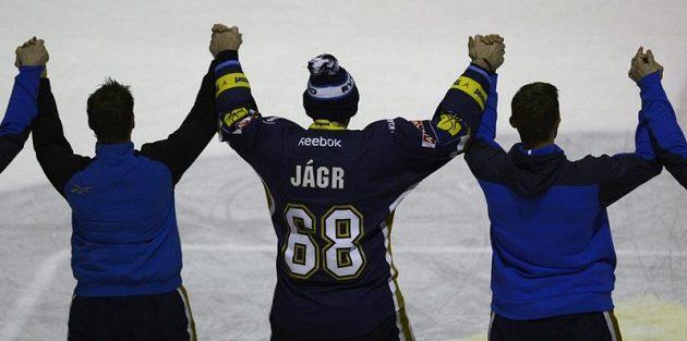 Jaromír Jágr s kladenskými spoluhráči při děkovačce divákům po vítězném utkání s Karlovými Vary.
