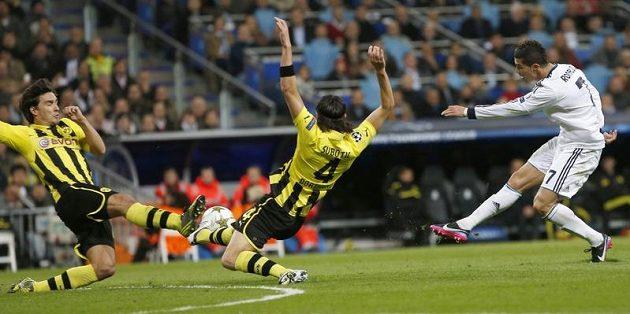 Obránci Borussie Dortmund Mats Hummels a Neven Subotic blokují střelu Cristiana Ronalda z Realu.