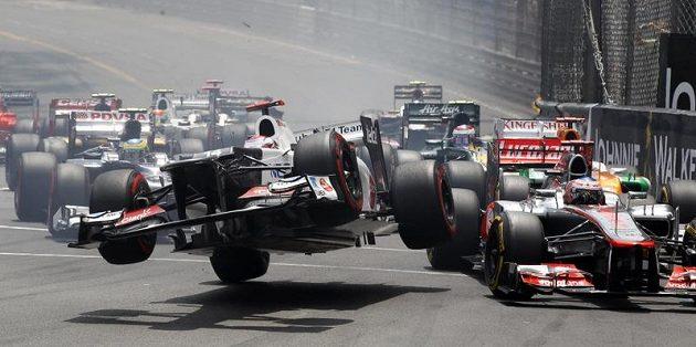 Vůz Kobajašiho ze stáje Sauber ve vzduchu po kolizi na začátku VC Monaka