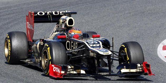 Romain Grosjean s lotusem na okruhu Catalunya v Barceloně.