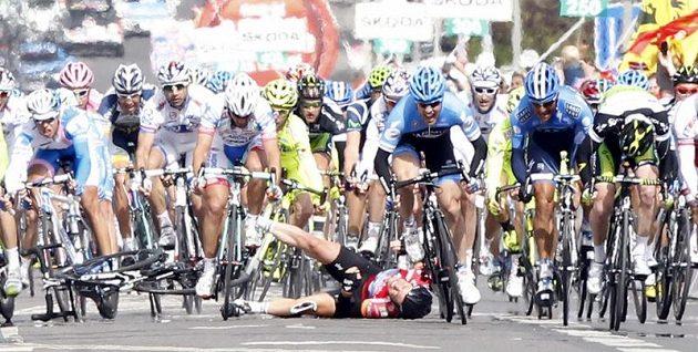 Britský vítěz druhé etapy Mark Cavendish odnesl kolizi ve spurtu pádem.
