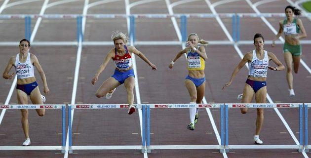 Denisa Rosolová (vpravo) si běží pro evropské stříbro. Zuzana Hejnová (vlevo) se musela smířit se čtvrtým místem.