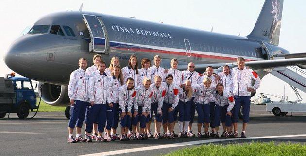 Čeští olympionici před leteckým speciálem na letišti v Praze-Kbelích, který je přepravil do dějiště her v Londýně.