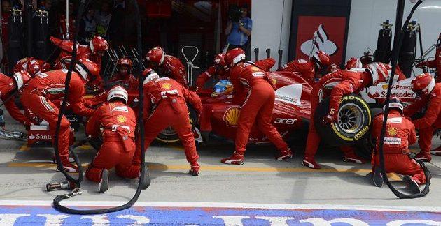 Mechanici Ferrari se při pit stopu Fernanda Alonsa činili.