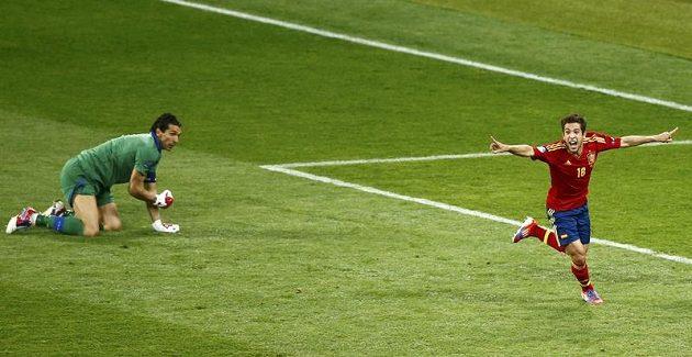 Bezmocný brankář Gianluigi Buffon (vlevo) na kolenou, Jordi Alba naopak bouřlivě slaví druhý gól Španělska v síti Itálie.