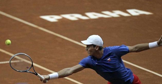 Tomáš Berdych returnuje v utkání proti Viktoru Troickém ze Srbska.
